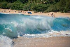 ΧΟΝΟΛΟΥΛΟΥ, ΗΠΑ - 14 ΑΥΓΟΎΣΤΟΥ, 2014 - άνθρωποι που έχουν τη διασκέδαση στην παραλία της Χαβάης Στοκ φωτογραφία με δικαίωμα ελεύθερης χρήσης