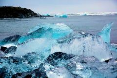 Χοντρά κομμάτια πάγου παγετώνων στην παραλία διαμαντιών στοκ φωτογραφίες