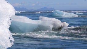 Χοντρά κομμάτια του πάγου που παρασύρουν έξω στο βόρειο Ατλαντικό Ωκεανό απόθεμα βίντεο