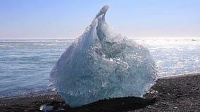 Χοντρό κομμάτι πάγου από την παγετώδη λιμνοθάλασσα Jokulsarlon απόθεμα βίντεο