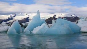 Χοντρό κομμάτι του πάγου που επιπλέει στην παγετώδη λίμνη Jokulsarlon, Ισλανδία απόθεμα βίντεο