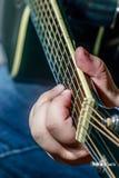 Χορδή κιθάρων παιχνιδιού χεριών στοκ εικόνες με δικαίωμα ελεύθερης χρήσης