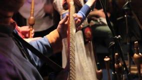 Χορδή χορδών παίζοντας την κιθάρα απόθεμα βίντεο