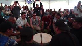Χορευτές αμερικανών ιθαγενών μια ηλιόλουστη ημέρα φιλμ μικρού μήκους