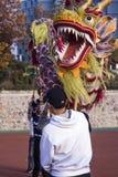 Χορευτές δράκων που ασκούν το χορό δράκων στην Κίνα στοκ φωτογραφία με δικαίωμα ελεύθερης χρήσης