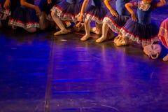 Χορευτές μπαλέτου με τα κλασσικά φορέματα που εκτελούν ένα μπαλέτο στο υπόβαθρο θαμπάδων στοκ εικόνες