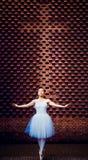 Χορευτές μπαλέτου, σταυροί, τούβλινοι τοίχοι στοκ εικόνες