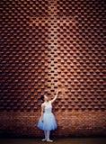 Χορευτές μπαλέτου, σταυροί, τούβλινοι τοίχοι στοκ εικόνα