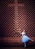 Χορευτές μπαλέτου, σταυροί, τούβλινοι τοίχοι στοκ φωτογραφία