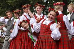 Χορευτές πίσω από τη σκηνή που περιμένει το χρόνο να αποδώσει στη μεγάλη λαϊκή συναυλία χορού Στοκ φωτογραφίες με δικαίωμα ελεύθερης χρήσης