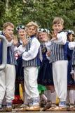 Χορευτές πίσω από τη σκηνή που περιμένει το χρόνο να αποδώσει στη μεγάλη λαϊκή συναυλία χορού Στοκ Φωτογραφία