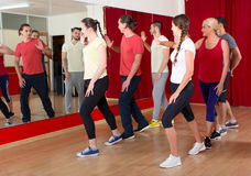 Χορευτές που εκπαιδεύουν στο χορεύοντας σχολείο Στοκ εικόνα με δικαίωμα ελεύθερης χρήσης