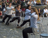 Χορευτές που κινούνται στις καρέκλες Στοκ φωτογραφίες με δικαίωμα ελεύθερης χρήσης