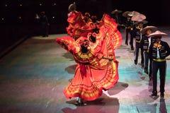 Χορευτές σε ένα παλαιό παραδοσιακό μεξικάνικο φόρεμα στοκ εικόνα