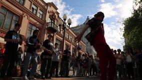 Χορευτές σπασιμάτων που εκτελούν το καλοκαίρι οδών απόθεμα βίντεο