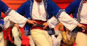 Χορευτές στα μπλε σερβικά εθνικά κοστούμια που ενώνονται από τη σφιχτή σύνδεση στοκ φωτογραφία με δικαίωμα ελεύθερης χρήσης