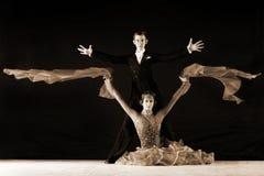Χορευτές στην αίθουσα χορού ενάντια στο μαύρο υπόβαθρο Στοκ Φωτογραφίες
