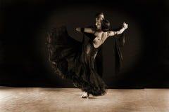 Χορευτές στην αίθουσα χορού ενάντια στο μαύρο υπόβαθρο Στοκ φωτογραφίες με δικαίωμα ελεύθερης χρήσης