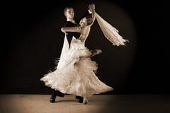 Χορευτές στην αίθουσα χορού ενάντια στο Μαύρο Στοκ Εικόνες