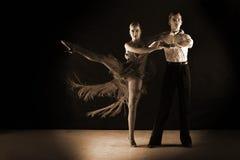 Χορευτές στην αίθουσα χορού ενάντια στο Μαύρο Στοκ Εικόνα