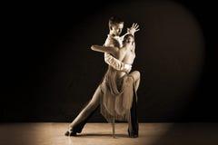 Χορευτές στην αίθουσα χορού ενάντια στο Μαύρο Στοκ Φωτογραφίες