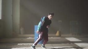 Χορευτής αθλητικών νέος χιπ-χοπ που χορεύει κοντά στο βαρέλι σε ένα εγκαταλειμμένο κτήριο στην ομίχλη Πολιτισμός χιπ χοπ Πρόβα απόθεμα βίντεο