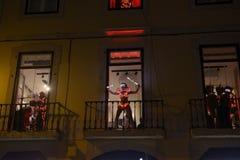 Χορευτής και μουσικοί με τα κοστούμια των κόκκινων οδηγήσεων, ζωηρόχρωμα κοστούμια στοκ φωτογραφία με δικαίωμα ελεύθερης χρήσης