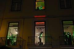 Χορευτής και μουσικοί με τα κοστούμια φω'των των πράσινων οδηγήσεων στοκ φωτογραφία