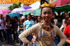 Χορευτής καρναβαλιού κοριτσιών στους εθνικούς χορούς κοστουμιών στην απόλαυση κατά μήκος του δρόμου Στοκ εικόνες με δικαίωμα ελεύθερης χρήσης