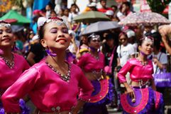 Χορευτής καρναβαλιού κοριτσιών στους εθνικούς χορούς κοστουμιών στην απόλαυση κατά μήκος του δρόμου Στοκ εικόνα με δικαίωμα ελεύθερης χρήσης