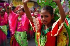 Χορευτής καρναβαλιού κοριτσιών στους εθνικούς χορούς κοστουμιών στην απόλαυση κατά μήκος του δρόμου Στοκ Φωτογραφία
