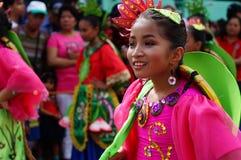 Χορευτής καρναβαλιού κοριτσιών στους εθνικούς χορούς κοστουμιών στην απόλαυση κατά μήκος του δρόμου Στοκ φωτογραφίες με δικαίωμα ελεύθερης χρήσης