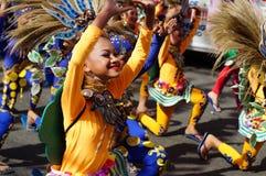 Χορευτής καρναβαλιού κοριτσιών στους εθνικούς χορούς κοστουμιών στην απόλαυση κατά μήκος του δρόμου Στοκ φωτογραφία με δικαίωμα ελεύθερης χρήσης