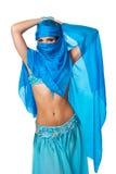 Χορευτής κοιλιών που κρυφοκοιτάζει από πίσω από ένα μπλε πέπλο Στοκ εικόνες με δικαίωμα ελεύθερης χρήσης