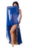 Χορευτής κοιλιών που φορά ένα μπλε κοστούμι Στοκ εικόνες με δικαίωμα ελεύθερης χρήσης