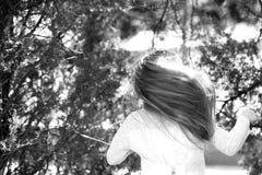 Χορευτής κοριτσιών με τη μακριά πετώντας τρίχα Χορός παιδιών στη μουσική στο θερινό πάρκο Το μικρό παιδί απολαμβάνει τη μουσική σ Στοκ Φωτογραφία