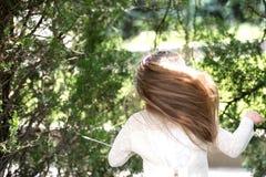Χορευτής κοριτσιών με τη μακριά πετώντας τρίχα Χορός παιδιών στη μουσική στο θερινό πάρκο Το μικρό παιδί απολαμβάνει τη μουσική σ Στοκ Εικόνες