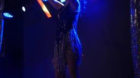 Χορευτής κοριτσιών που χορεύει στη σκηνή τη νύχτα φιλμ μικρού μήκους
