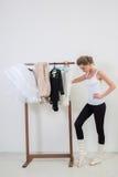 Χορευτής κοριτσιών πρίν εκπαιδεύει Επιλέξτε τα ενδύματά σας στοκ φωτογραφίες με δικαίωμα ελεύθερης χρήσης