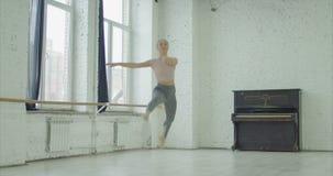 Χορευτής μπαλέτου που εκτελεί μεγάλο jete στο στούντιο χορού φιλμ μικρού μήκους