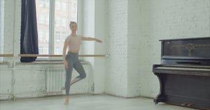 Χορευτής μπαλέτου που εκτελεί την άσκηση άλματος failli απόθεμα βίντεο