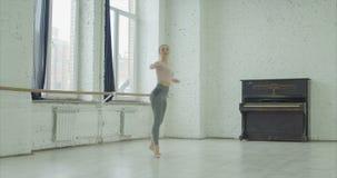 Χορευτής μπαλέτου που εκτελεί το soutenu στο στούντιο χορού απόθεμα βίντεο