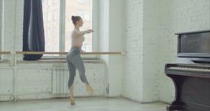 Χορευτής μπαλέτου που εκτελεί pounte την άσκηση στην μπάρα φιλμ μικρού μήκους