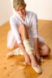Χορευτής μπαλέτου που παίρνει έτοιμος για την απόδοση στούντιο Στοκ εικόνα με δικαίωμα ελεύθερης χρήσης