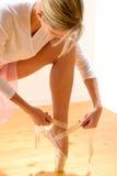 Χορευτής μπαλέτου που παίρνει έτοιμος για την απόδοση μπαλέτου Στοκ Εικόνα