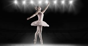 Χορευτής μπαλέτου που χορεύει με τα φω'τα αστεριών σταδίων στοκ εικόνες με δικαίωμα ελεύθερης χρήσης