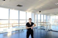 Χορευτής μπαλέτου sportswear που κάνει τις τεντώνοντας ασκήσεις για να κρατήσει το φ στοκ εικόνες με δικαίωμα ελεύθερης χρήσης