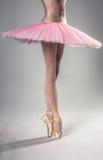 Χορευτής μπαλέτου που στέκεται στα pointes Στοκ φωτογραφία με δικαίωμα ελεύθερης χρήσης