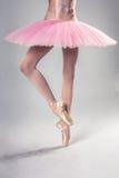 Χορευτής μπαλέτου που στέκεται στα pointes Στοκ φωτογραφίες με δικαίωμα ελεύθερης χρήσης
