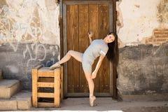 Χορευτής μπαλέτου που τεντώνει υπαίθρια στοκ εικόνα